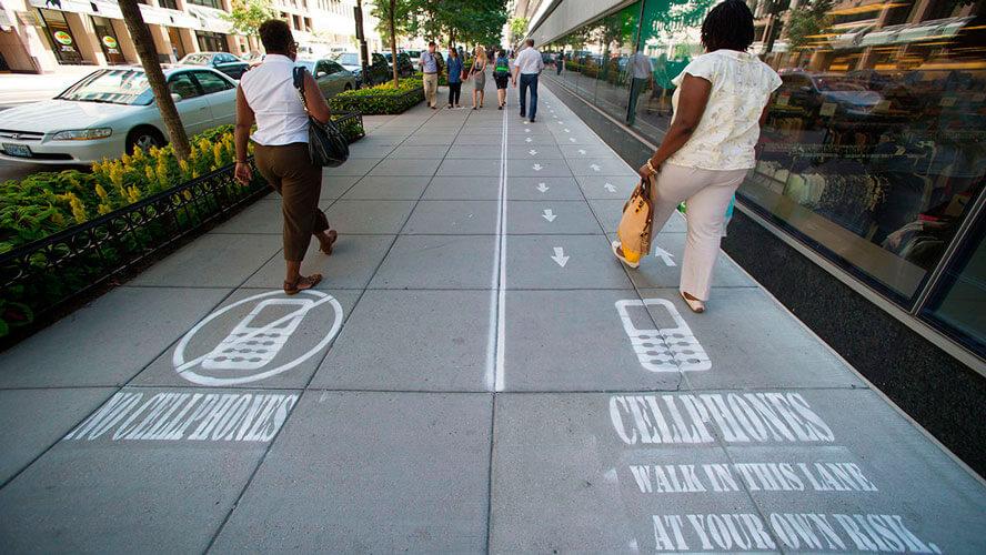Carril para peatones con móvil en Estados Unidos