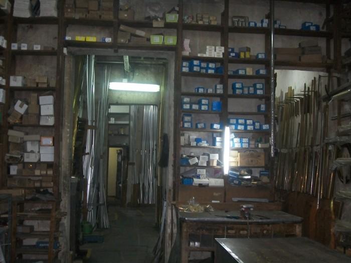 Interior de una ferretería antigua y sucia
