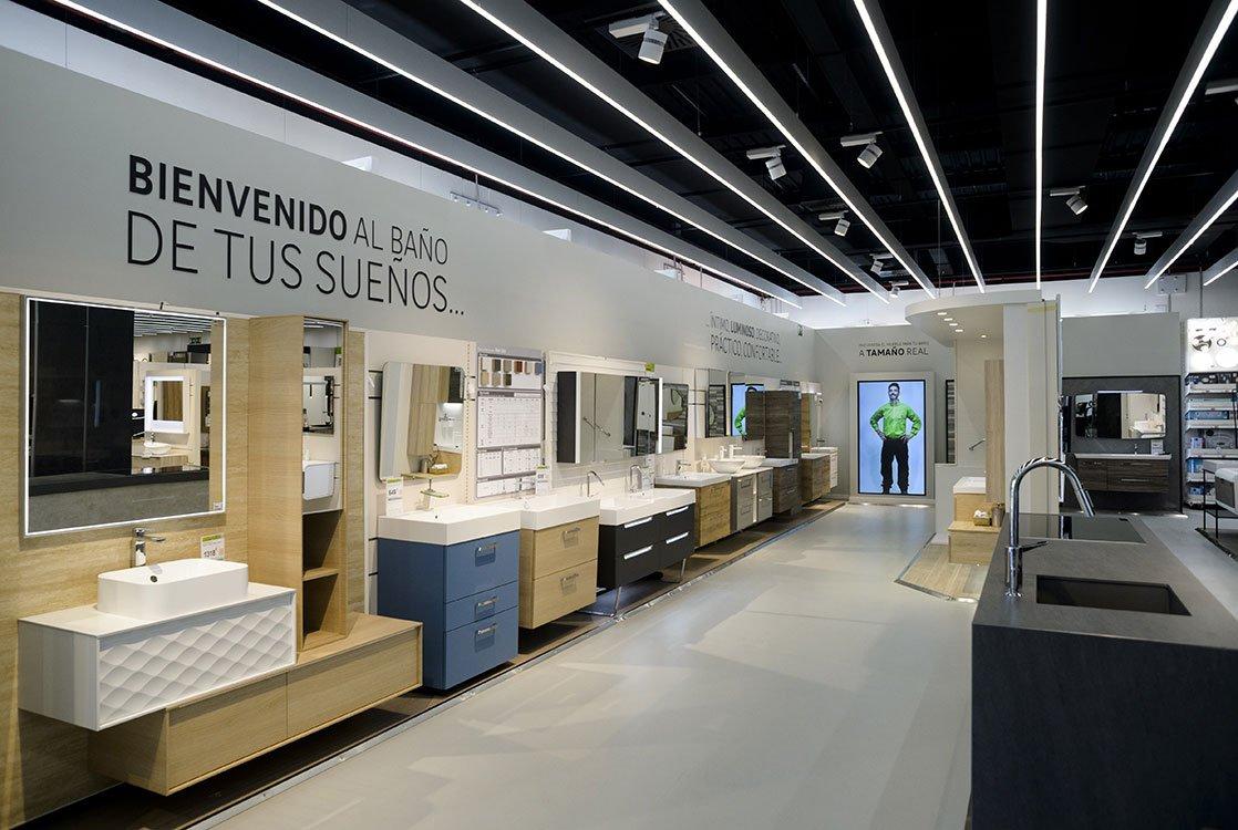 Interior de la tienda de Leroy Merlin en Vigo