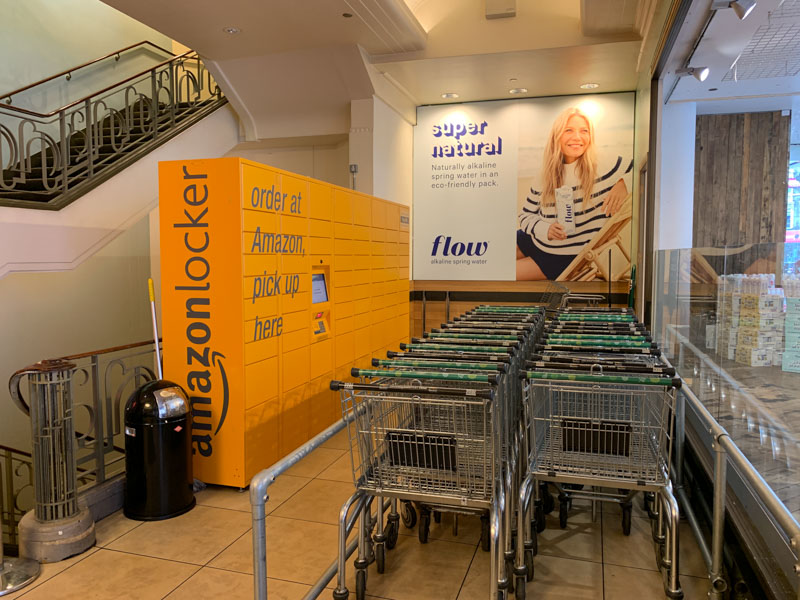 Amazon Locker a la entrada de Whole Foods