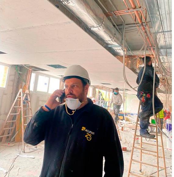 Instaladores de la empresa Aclimar en las obras de un nuevo pabellón del hospital Doce de Octubre, en Madrid. Una actividad esencial.