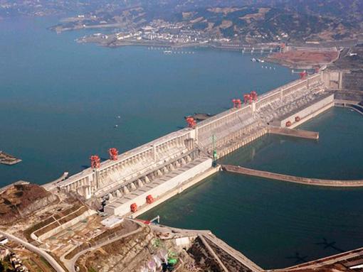 Imagen aérea de la presa de las Tres Gargantas (China). La presa tiene 2.300 metros de longitud y 185 de altura. Sus 32 turbinas tienen una potencia de 22.500 MW. Su construcción desplazó de sus viviendas a más de 2 millones de personas e inundó más de 600 km2 de territorio.