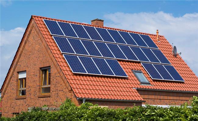 Paneles solares instalados en el tejado de una vivienda en una instalación de autoconsumo.