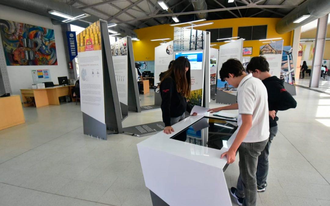 Jóvenes estudiantes a la búsqueda de oportunidades laborales.