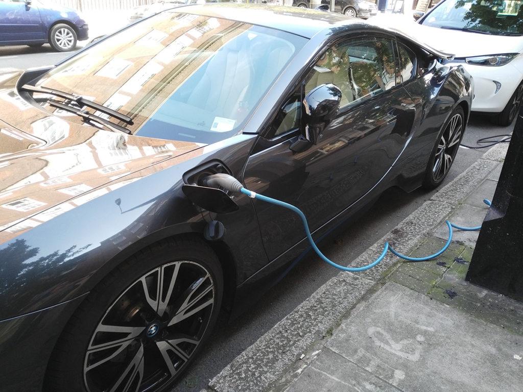 Crecimiento de la movilidad eléctrica frente al transporte basado en combustibles fósiles.