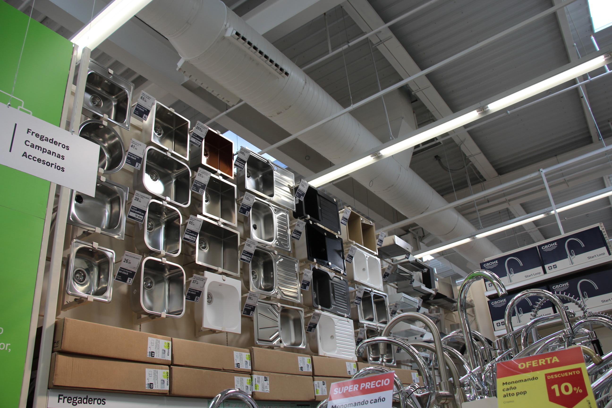 Es una tienda-almacén. Ha primado la cantidad de productos sobre todo lo demás