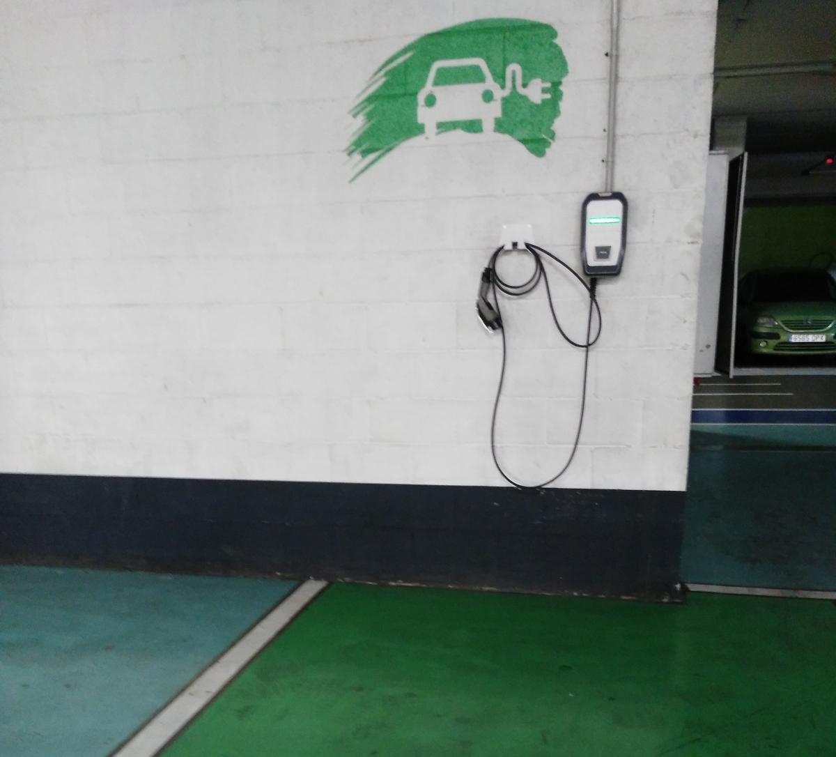 Punto de recarga de vehículos eléctricos en un garaje.
