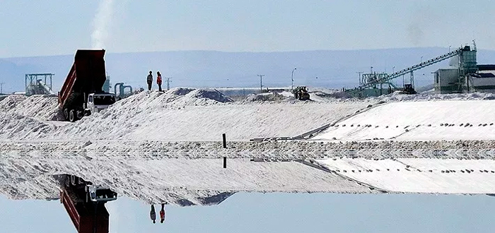 Mina de litio: este mineral se extrae de lagos superficiales de sal, sobre todo en Sudamérica.