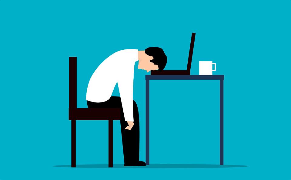 El trabajador se quema (burn out) por invertir muchas horas de esfuerzo.